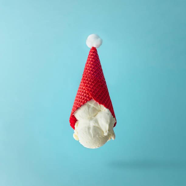 santa claus hut auf dem kopf stehend vanilleeis gemacht. weihnachten urlaub minimal konzept. - weihnachtsessen ideen stock-fotos und bilder