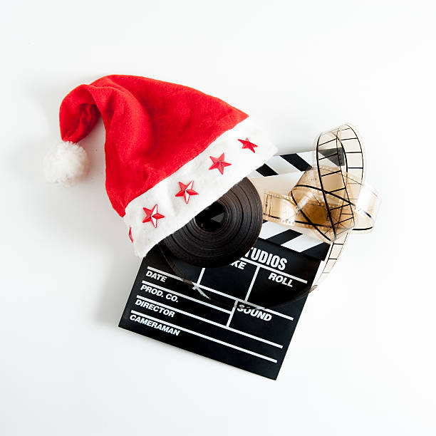 santa claus hut auf einem movie clapper board - weihnachts video stock-fotos und bilder