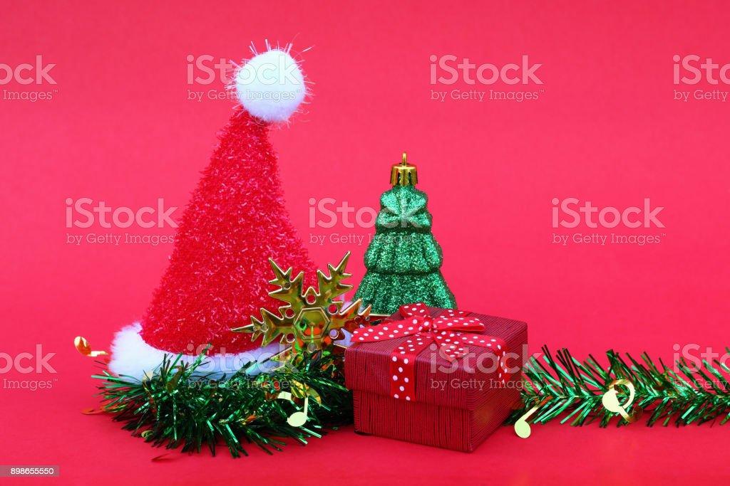 Tannenarten Weihnachtsbaum.Weihnachtsmannmütze Mit Weihnachtsbaum Und Geschenk Für Silvester
