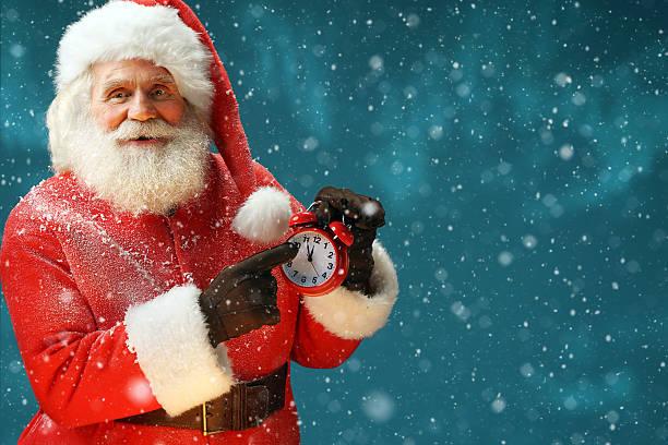 santa claus holding wecker. frohe weihnachten! - weihnachtsideen stock-fotos und bilder