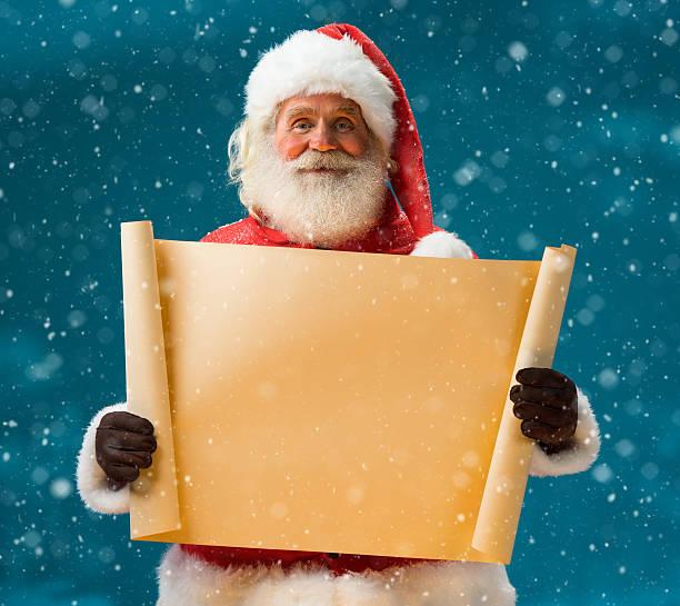 santa claus holding vintage papier leeren schild - weihnachts wunschliste stock-fotos und bilder