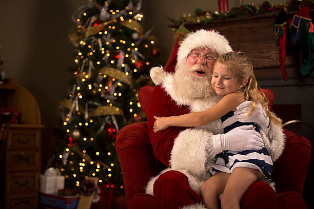 santa claus se tenant un enfant - pere noel photos et images de collection