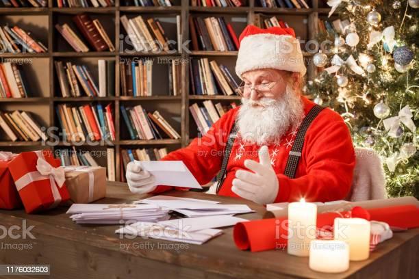 Santa Claus In The Library Christmas New Year Concept - Fotografie stock e altre immagini di Abbigliamento