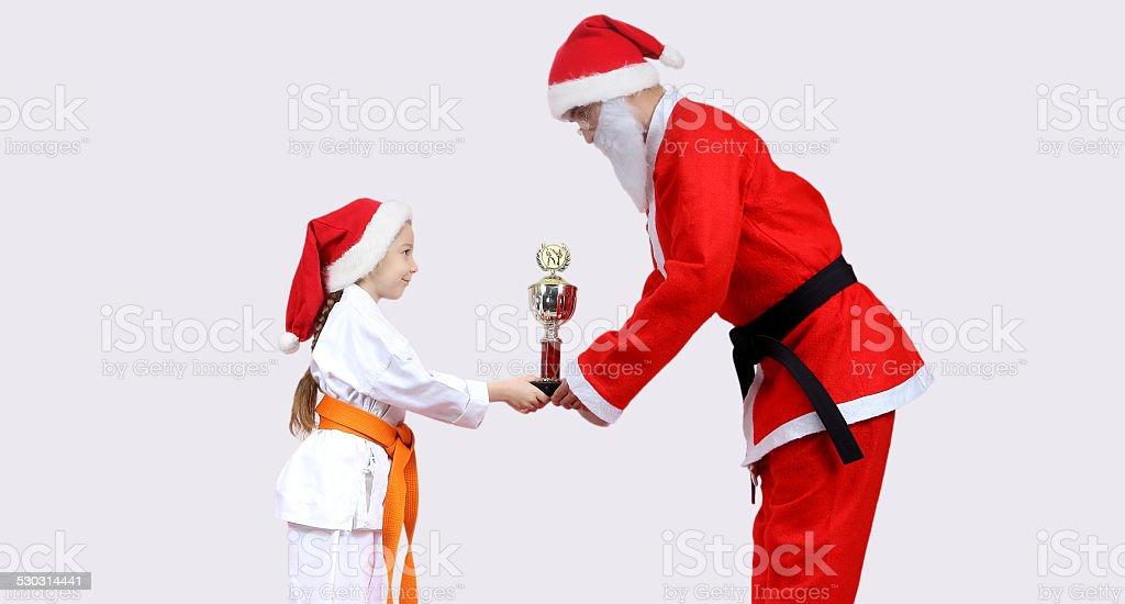 Immagini Karate Natale.Babbo Natale Sta Dando Bambina Tazza Di Karate Fotografie