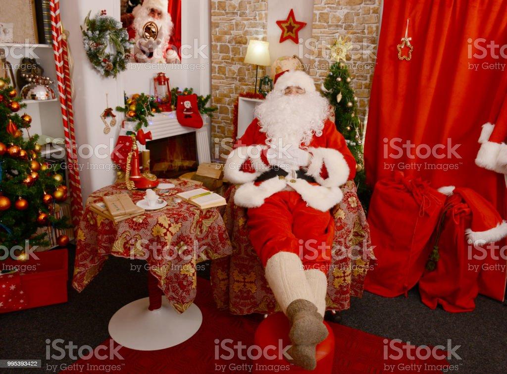 Santa Claus napping on the armchair - Zbiór zdjęć royalty-free (Boże Narodzenie)