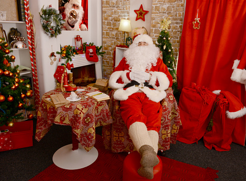 Santa Claus Napping On The Armchair - zdjęcia stockowe i więcej obrazów Boże Narodzenie