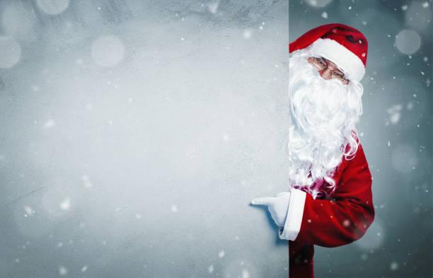 santa claus auf leere banner zeigen - santa stock-fotos und bilder