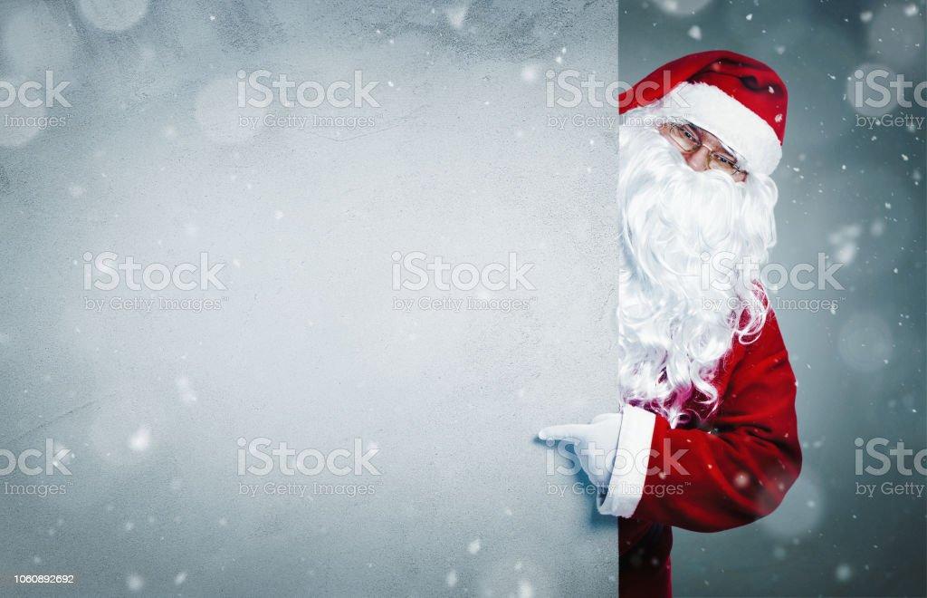 Santa Claus auf leere Banner zeigen – Foto