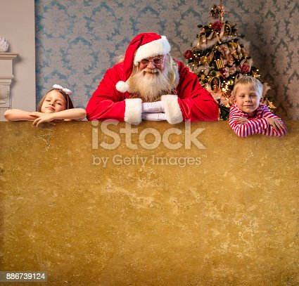 1069359694 istock photo Santa Claus pointing on blank banner 886739124