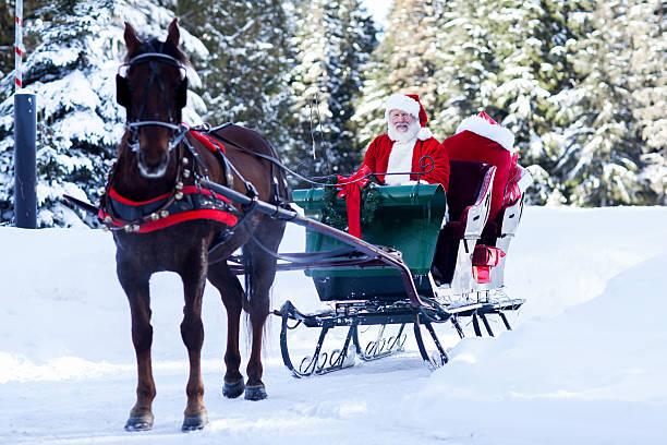 weihnachtsmann im schlitten sitzen - pferdekutsche stock-fotos und bilder