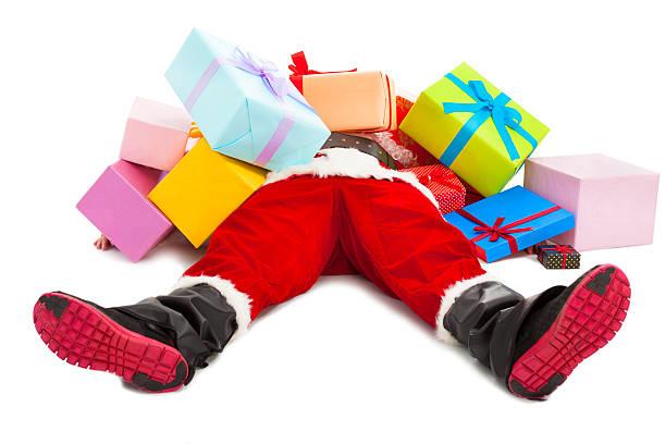 santa claus fatigué pour allongez-vous sur le sol, avec les coffrets-cadeaux - pression physique photos et images de collection