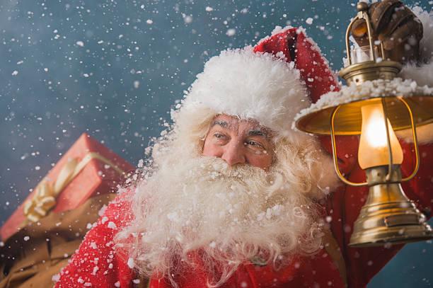 babbo natale a piedi sulla neve - santa claus tiptoeing foto e immagini stock