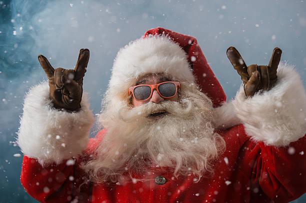 Santa Claus portant des lunettes de soleil dansant en plein air au Pôle Nord - Photo