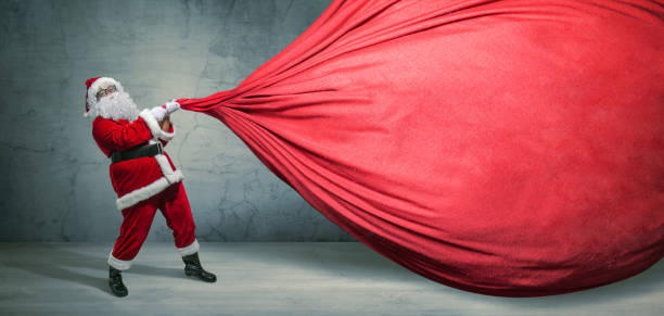 Weihnachtsmann mit großer Tasche auf leerem Werbebanner mit Kopierplatz. Weihnachtsthema, Verkauf - Bild – Foto