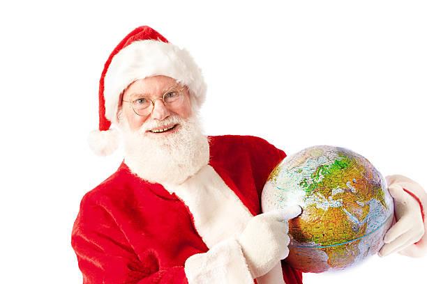 santa claus mit globalen reise urlaub planen sie auf weißem hintergrund. - billigflüge buchen stock-fotos und bilder