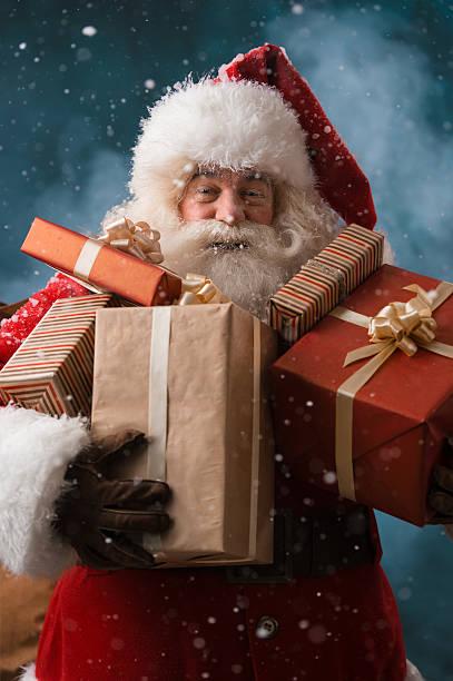 babbo natale con il suo sacco di regali - santa claus tiptoeing foto e immagini stock