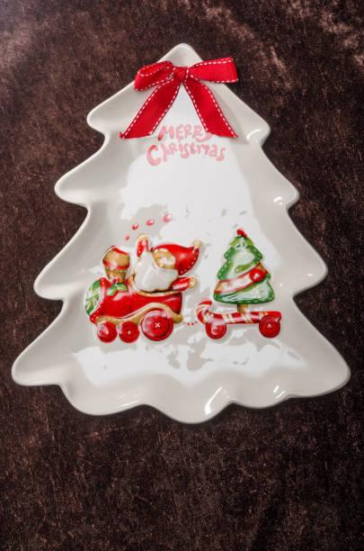 weihnachtsmann mit schlitten auf weihnachten drei teller - weihnachtsmannhüte aus erdbeeren stock-fotos und bilder