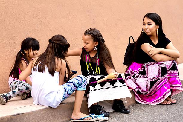 santa fe 2016 indian market: native american family - modefarben sommer 2016 stock-fotos und bilder