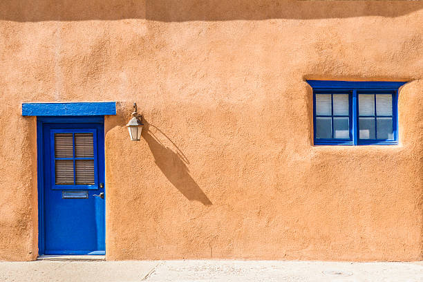 santa fe blue door and window on stucco wall - adobe photos et images de collection