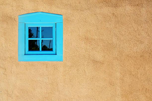 bleue fenêtre sur mur de stuc, santa fe - adobe photos et images de collection