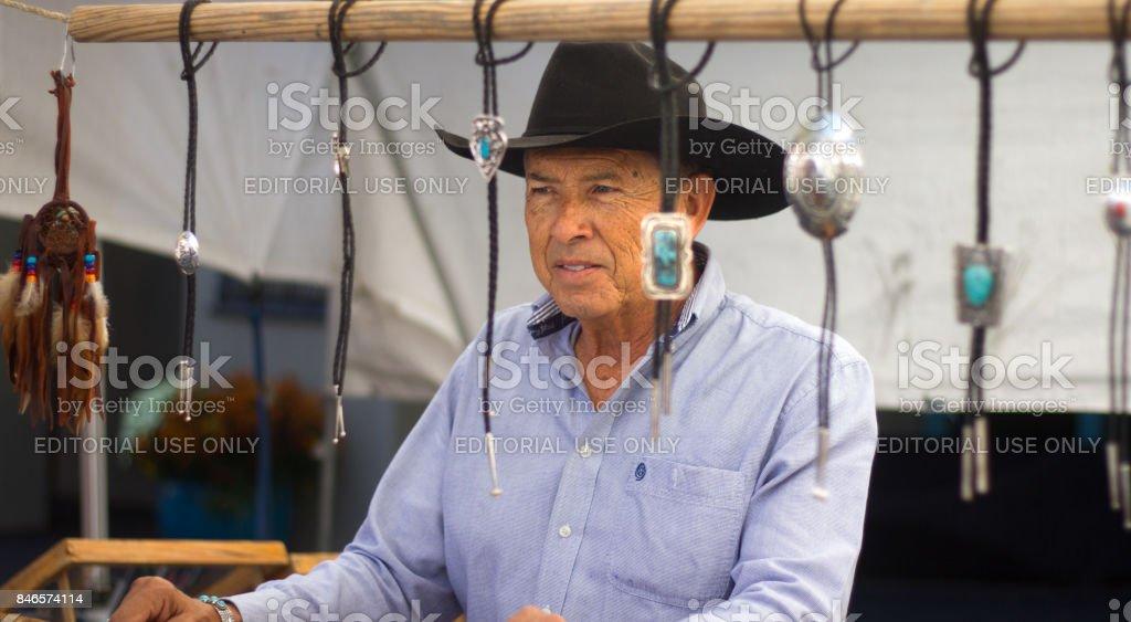 Santa Fe, NM, ABD: Booth satıyor Bolo bağları Fiesta, erkekte stok fotoğrafı