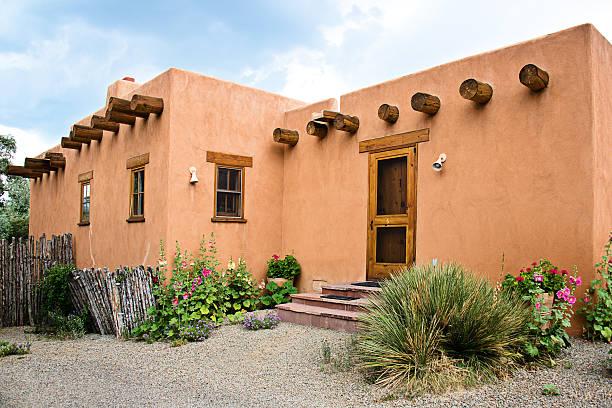 sud-ouest de santa fe, style pueblo adobe house - adobe photos et images de collection
