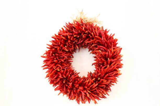 santa fe stil: chilischote girlanden kranz auf weiß - deko hauseingang weihnachten stock-fotos und bilder