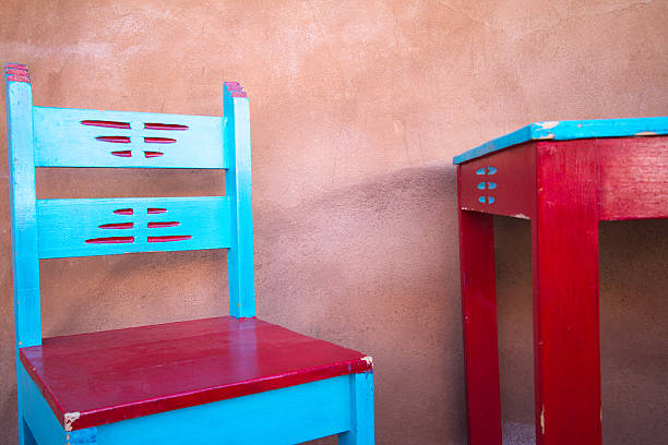 santa-fe-stil : bunte rustikalen portal (veranda), möbel - mexikanische möbel stock-fotos und bilder