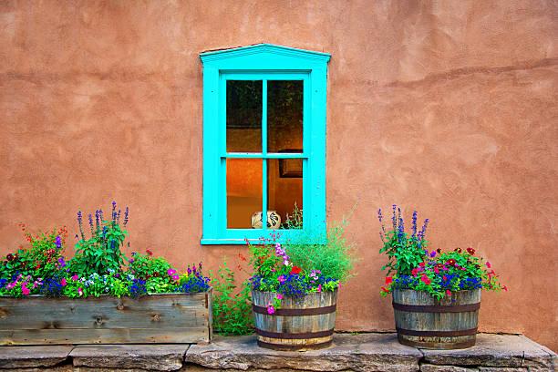 de santa fe, style vieille fenêtre sur le mur de stuc et fleurs - adobe photos et images de collection