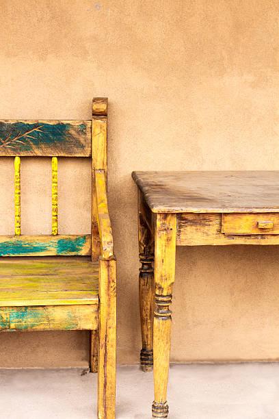 santa-fe-stil: rustikale portal (veranda), möbel - mexikanische möbel stock-fotos und bilder