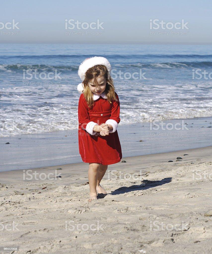 Santa menina na praia-Series - Foto de stock de Andando royalty-free