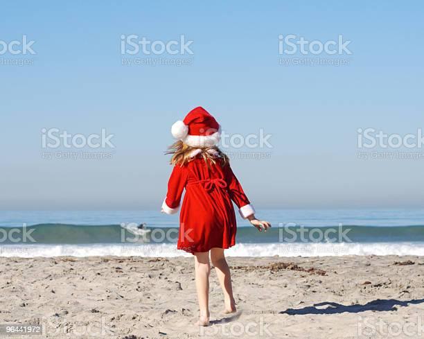Foto de Garota De Papai Noel O Surfista Assistindoseries e mais fotos de stock de Areia