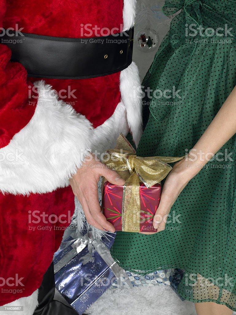 Entregar mulher de Santa presentes foto de stock royalty-free