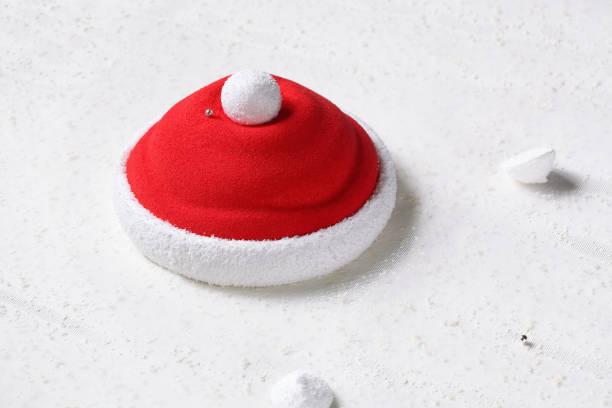 weihnachtsmütze - zeitgenössische erdbeermousse kuchen - weihnachtsmannhüte aus erdbeeren stock-fotos und bilder