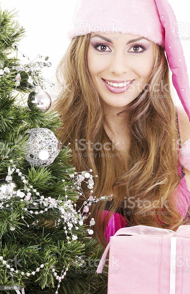 santa Helfer Mädchen mit Geschenk-box und Weihnachten Baum Lizenzfreies stock-foto