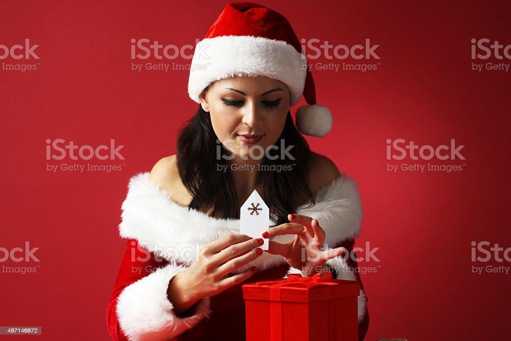 Aiuto Regali Natale.Santa Di Aiuto In Vestiti Di Babbo Natale Con Scatola Regalo