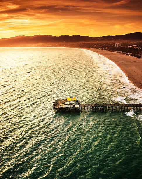 santa monica anlegestelle aus dem hubschrauber - venice beach in kalifornien stock-fotos und bilder