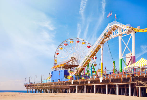 santa monica pier in californië - attractiepark stockfoto's en -beelden