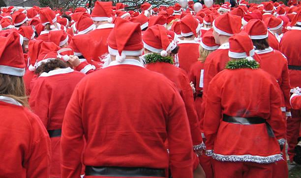 santa run-father christmas gruppe laufen - nikolaus kostüm stock-fotos und bilder