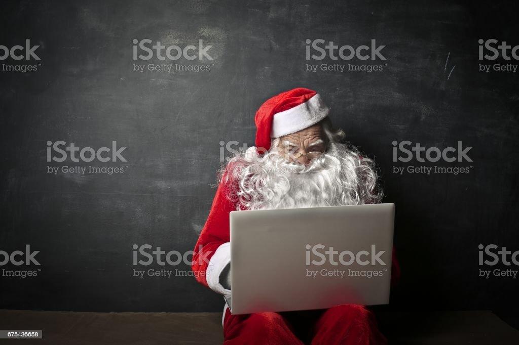 Weihnachtsmann mit seinem laptop – Foto