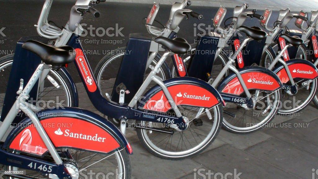 Ciclos de Santander estacionados en la estación de acoplamiento en Westminster Londres Inglaterra - foto de stock