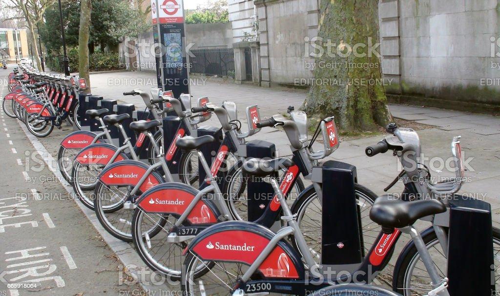Santander Boris rojo bicicletas de alquiler en una estación de acoplamiento en Londres Inglaterra - foto de stock