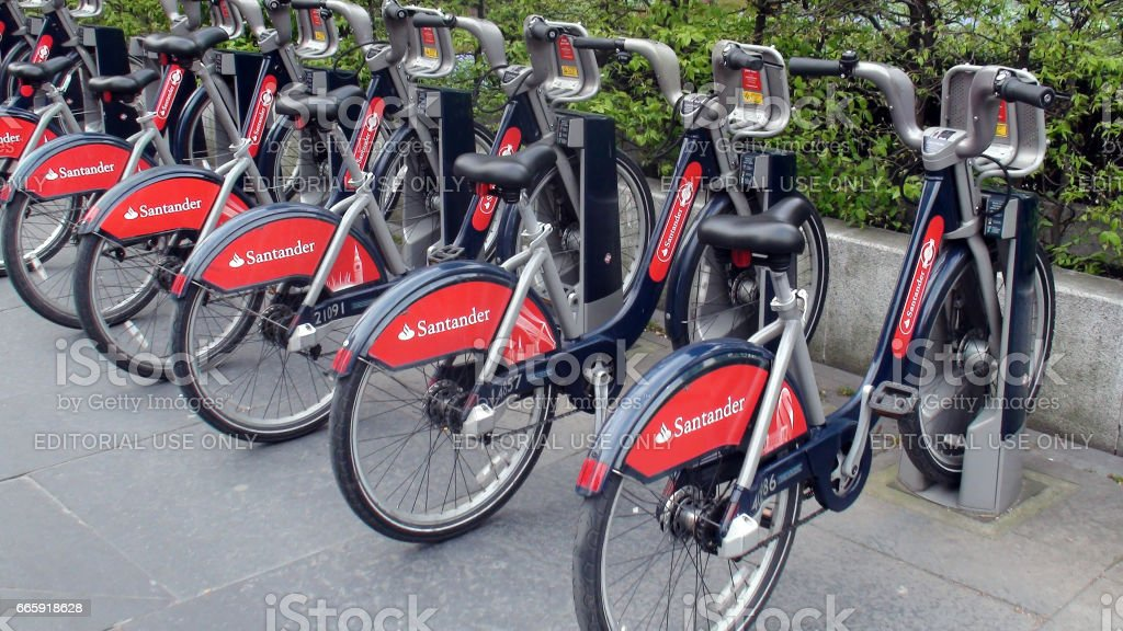 Santander Red Boris Bikes For Hire In A Docking Station In London.UK foto stock royalty-free
