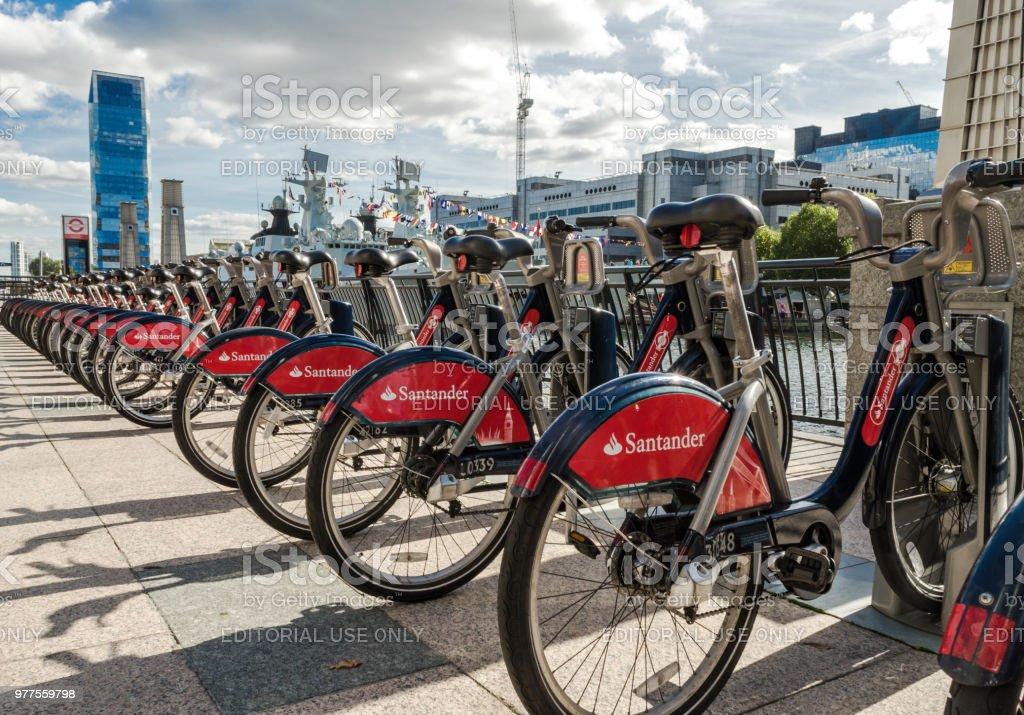 Santander patrocinado por bicicletas de Londres en el Canary Wharf en Londres - foto de stock