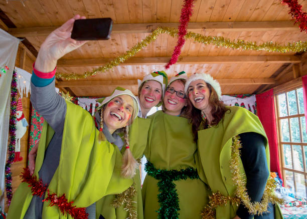 santa es elfen selfie - elfenkostüm damen stock-fotos und bilder