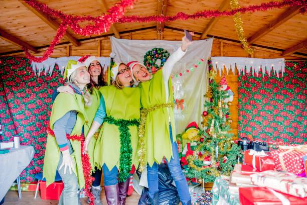 weihnachtselfen nehmen ein selbstporträt - elfenkostüm damen stock-fotos und bilder