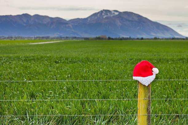 Santa's Mütze hinter sich auf Zaun post – Foto