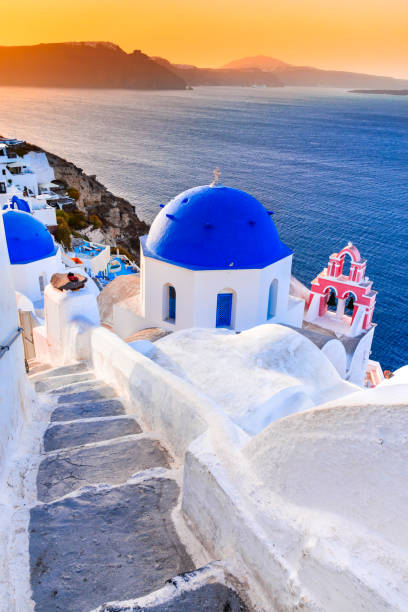 santorin - oia dämmerung mit griechischen kirche - fira stock-fotos und bilder