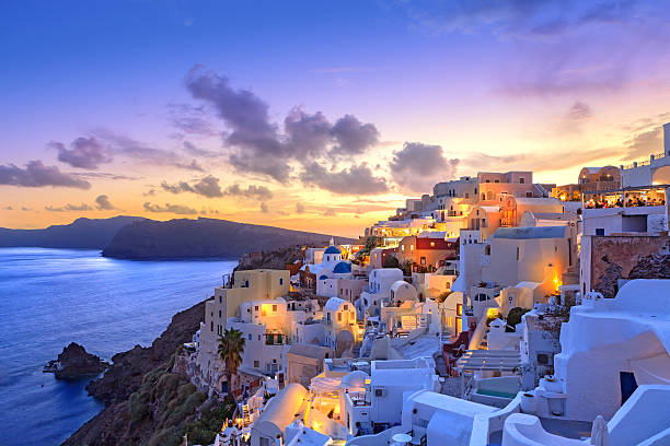 santorini sunset at dawn village of oia greece - idyllisch stockfoto's en -beelden
