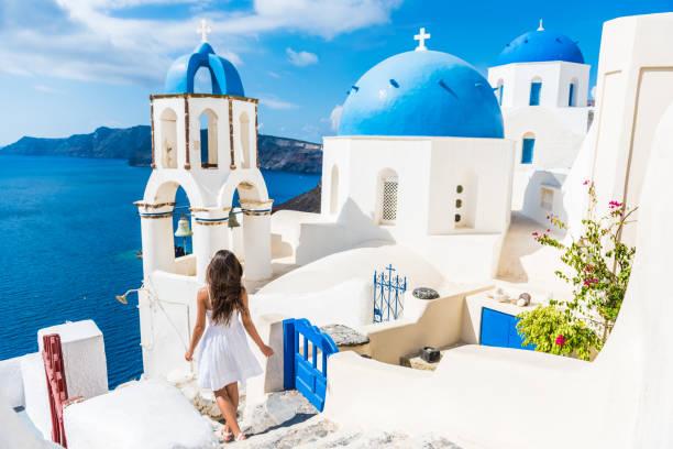 santorini resa turist kvinna på semester i oia - oia santorini bildbanksfoton och bilder
